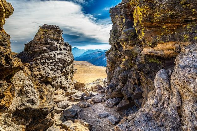 Zicht op het rocky mountain national park door rotsen op de toendra community trail, colorado Premium Foto