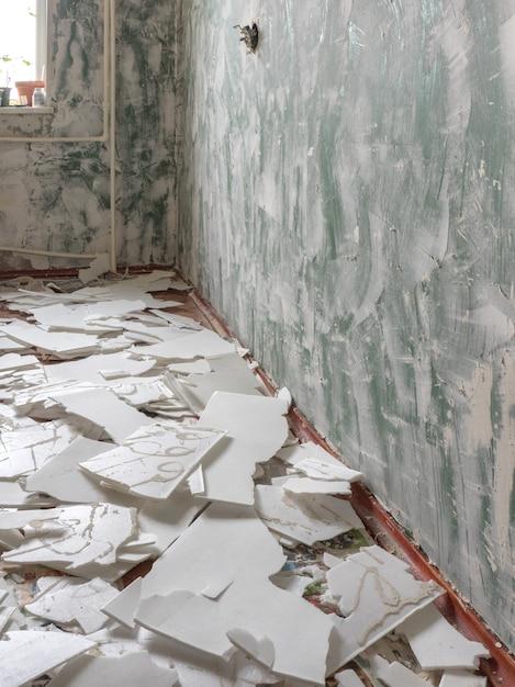 Zicht op kamer van het appartement tijdens renovatie. Premium Foto
