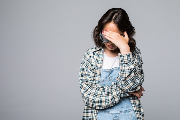 Zie geen kwaad concept. portret van jonge bang vrouw die ogen behandelt met handen Gratis Foto