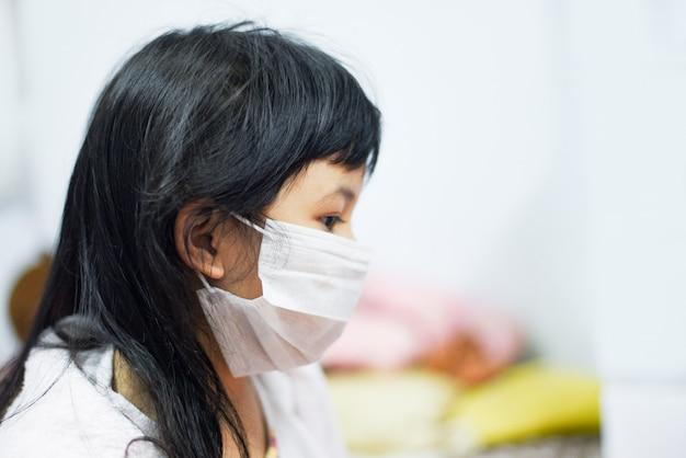 Ziek kind coronavirus in china pathogeen griep verspreiding van de wereld. virus 2019-ncov pandemisch risico op kleine meisjesslijtage bescherm masker medisch Premium Foto
