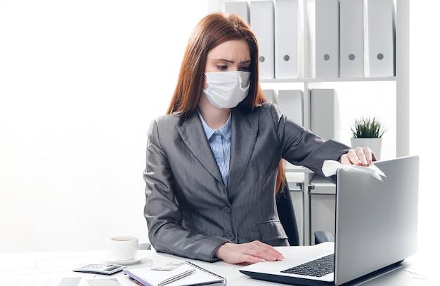 Zieke onderneemster in een beschermend medisch masker op kantoor Premium Foto