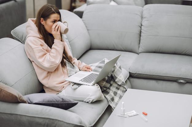Zieke vrouw met hoofdpijn om thuis te zitten Gratis Foto