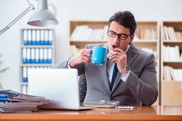 Zieke zakenman in het kantoor Premium Foto