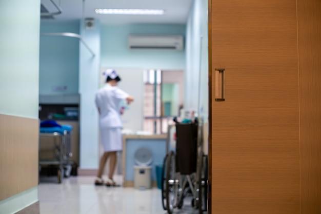 Ziekenhuiskamer voor patiënten met verpleegster in wit uniform Premium Foto