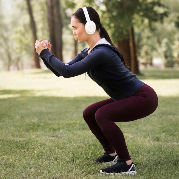 Zijaanzicht atletische vrouw die in openlucht uitoefenen Premium Foto