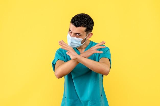 Zijaanzicht een dokter een dokter weet wat hij moet doen om niet besmet te raken met de covid- Gratis Foto