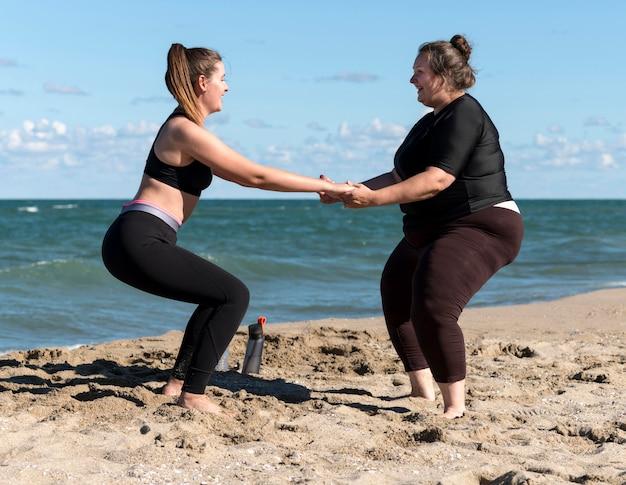 Zijaanzicht fitness vrienden samen trainen Gratis Foto