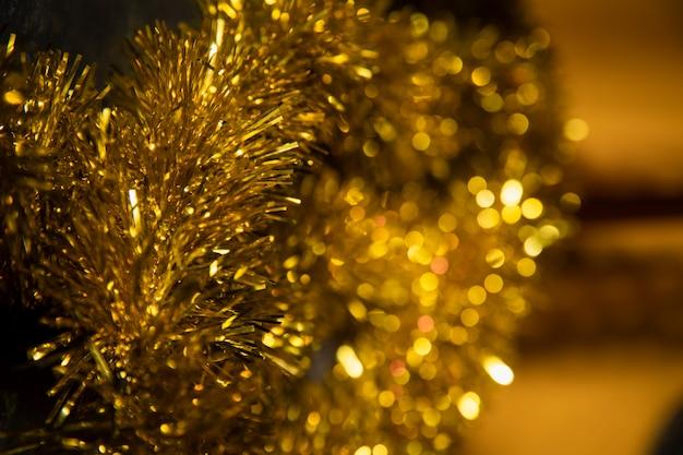 Zijaanzicht gouden decoraties voor nieuwjaarsfeest Gratis Foto