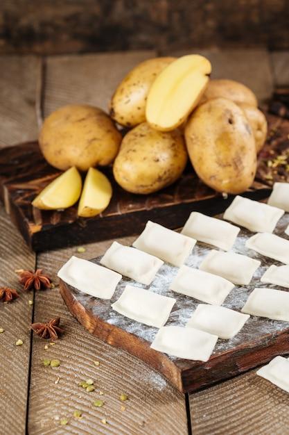 Zijaanzicht half afgewerkte aardappelbollen vareniki Premium Foto