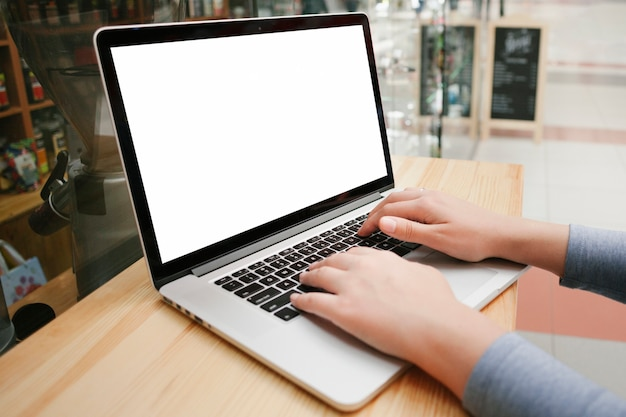 Zijaanzicht handen op laptop toetsenbord Gratis Foto