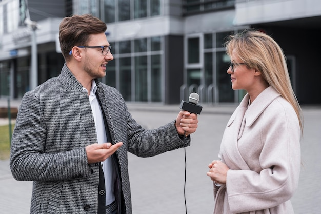 Zijaanzicht journalist interviewen Gratis Foto