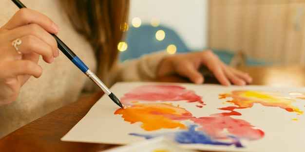 Zijaanzicht kwast en abstract aquarel Gratis Foto
