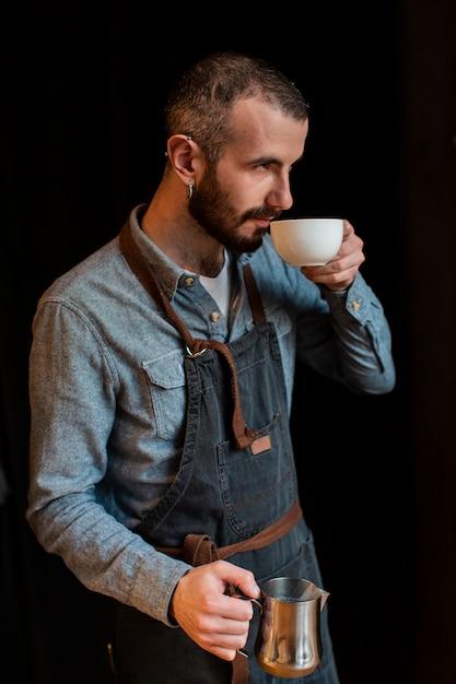 Zijaanzicht man koffie maken Gratis Foto
