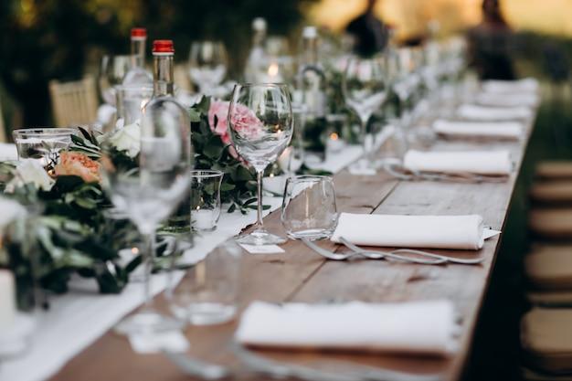 Zijaanzicht op de enorme gedecoreerde en gediende tafel Gratis Foto