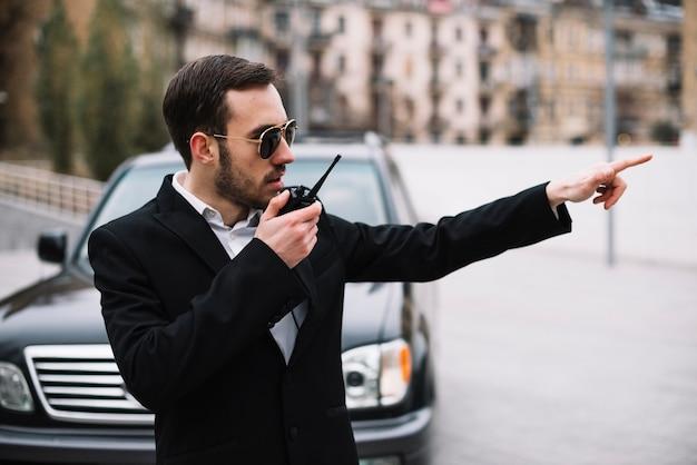 Zijaanzicht professionele beveiliging man aan het werk Gratis Foto
