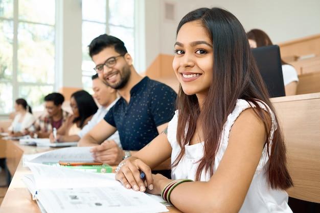 Zijaanzicht studenten prepearing voor examens op de universiteit. Premium Foto