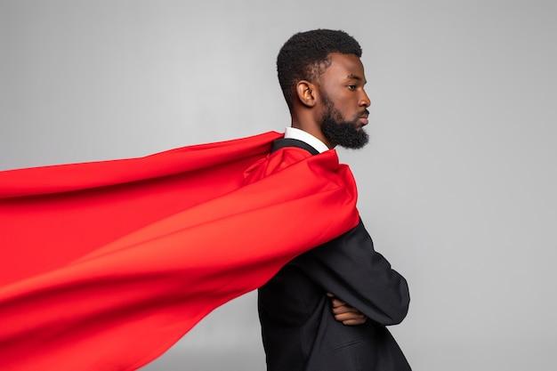 Zijaanzicht van afrikaanse zakenman in pak met held rode cout Premium Foto