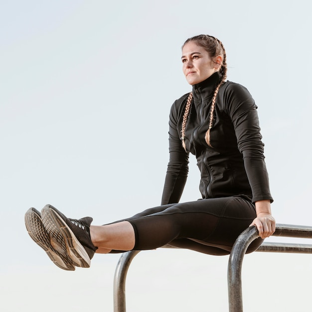 Zijaanzicht van atletische vrouw buitenshuis oefenen Gratis Foto