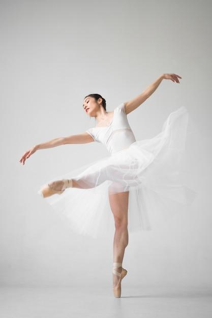 Zijaanzicht van ballerina dansen Gratis Foto