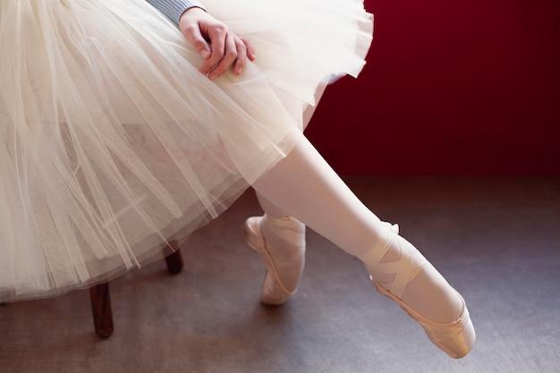 Zijaanzicht van ballerina in tutu rok en pointe-schoenen Gratis Foto