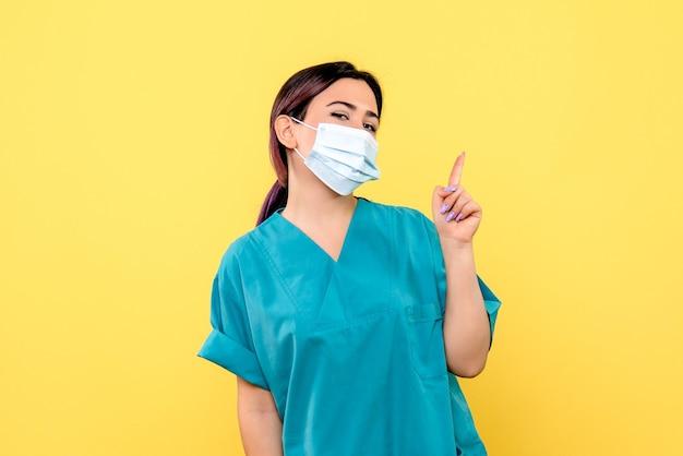 Zijaanzicht van een dokter weet hoe hij een patiënt met coronavirus moet genezen Gratis Foto