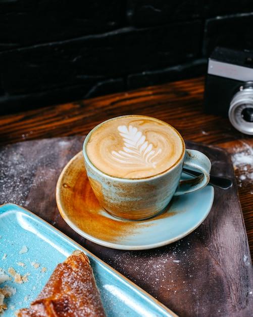 Zijaanzicht van een kopje koffie latte Gratis Foto