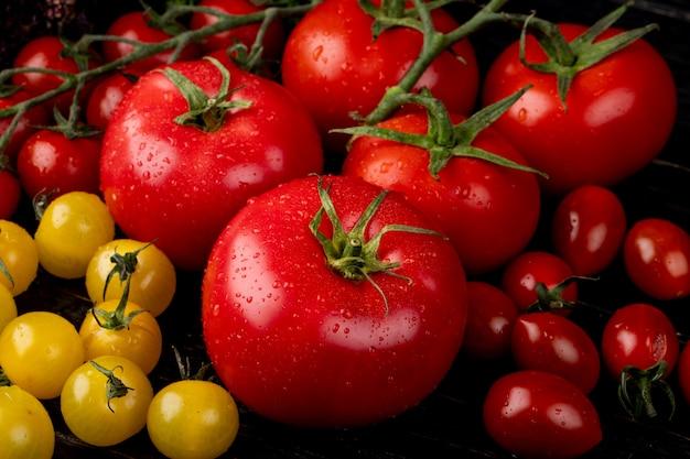 Zijaanzicht van gele en rode tomaten Gratis Foto