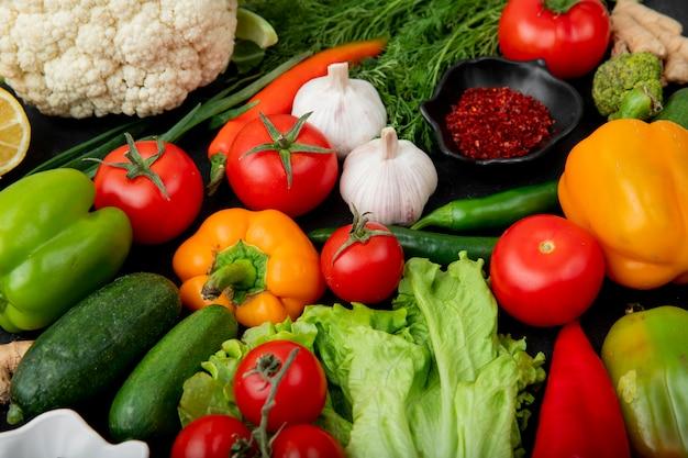 Zijaanzicht van groenten met kruiden Gratis Foto