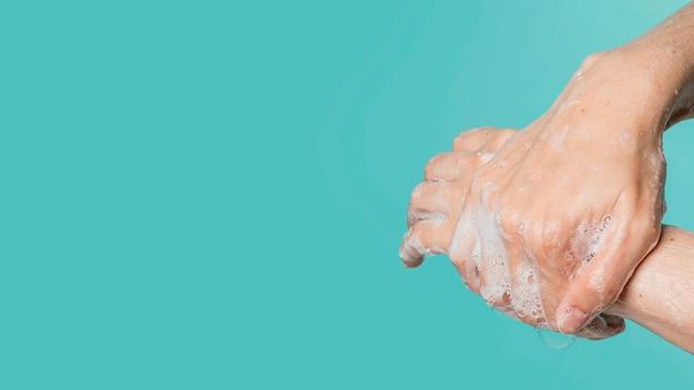 Zijaanzicht van handen wassen met zeep Gratis Foto