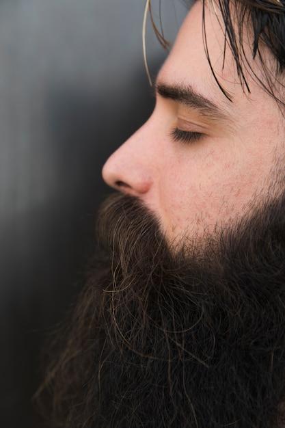 Zijaanzicht van het gezicht van een man met gesloten ogen Gratis Foto