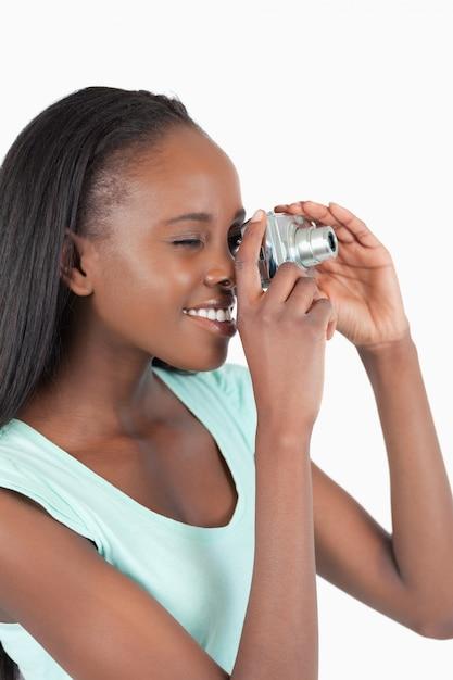 Zijaanzicht van jonge vrouw die een foto neemt Premium Foto