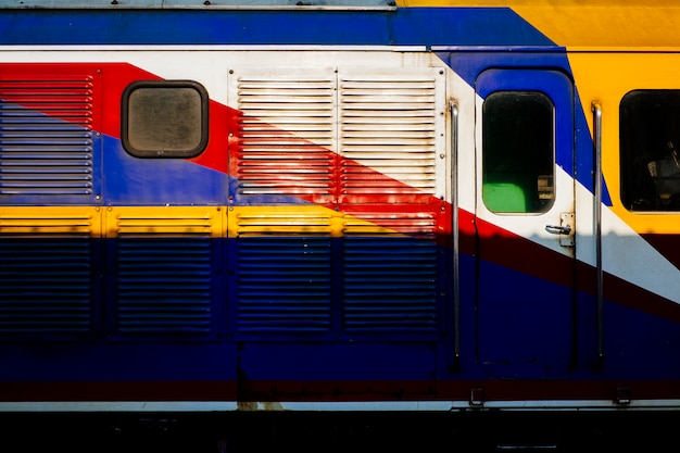 Zijaanzicht van kleurrijke thaise trein. Gratis Foto