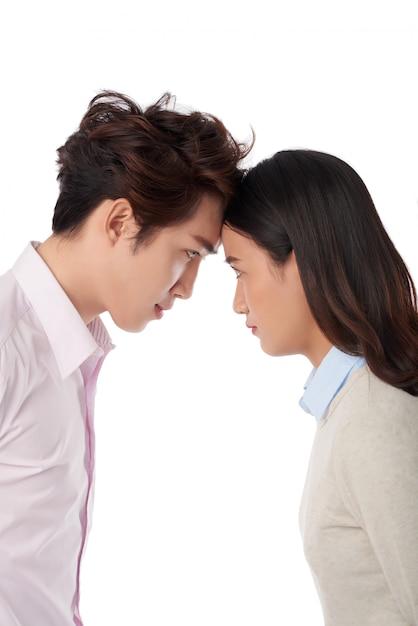 Zijaanzicht van man en vrouw die voorhoofd tegen elkaar leunen, concept de concurrentie en confrontatie Gratis Foto