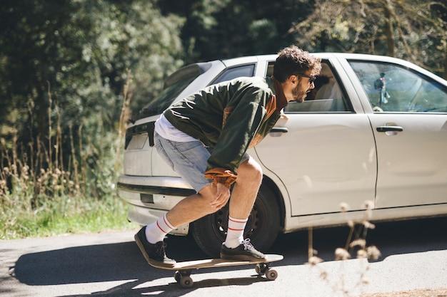 Zijaanzicht van man skateboarden Gratis Foto