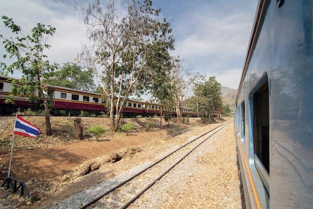 Zijaanzicht van oude passagierstrein die zich door station bij de zomer beweegt Premium Foto