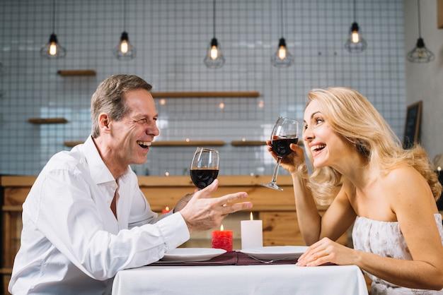 Zijaanzicht van paar tijdens het diner Gratis Foto