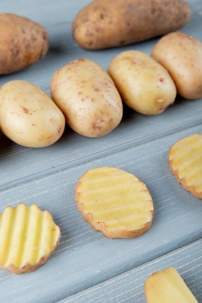 Zijaanzicht van patroon van aardappelen op houten achtergrond Gratis Foto