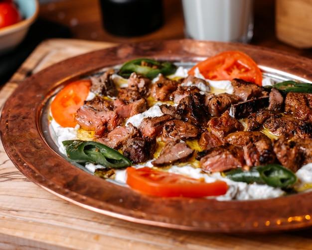 Zijaanzicht van traditionele turkse iskender doner met yoghurt op plaat Gratis Foto