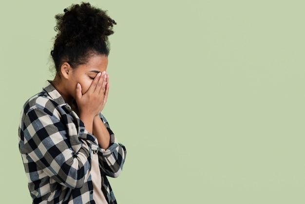 Zijaanzicht van trieste vrouw met kopie ruimte Gratis Foto