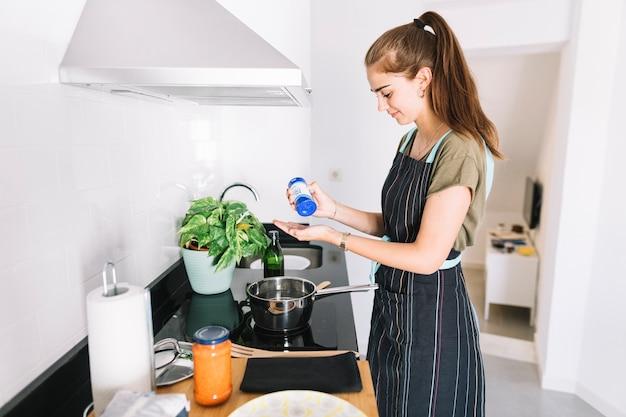 Zijaanzicht van vrouw die voedsel in de keuken voorbereidt Gratis Foto