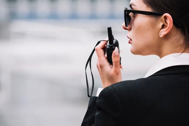 Zijaanzicht veiligheid vrouw met apparatuur Gratis Foto