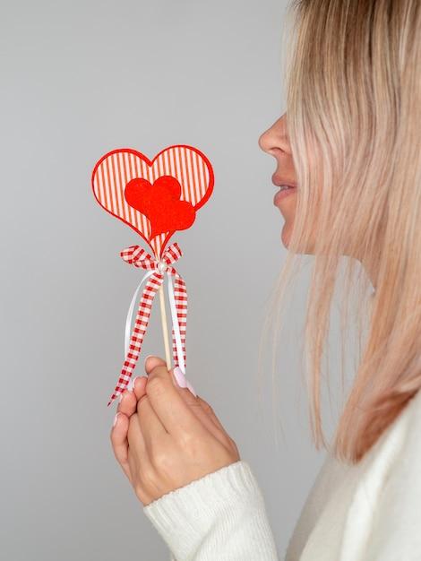 Zijaanzicht vrouw met papieren hart Gratis Foto