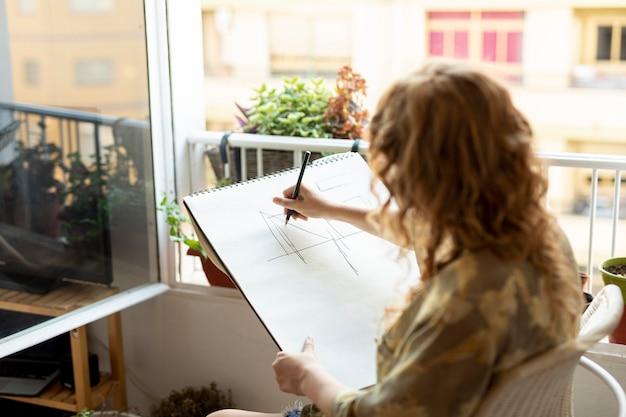 Zijaanzicht vrouw tekenen met potlood Gratis Foto