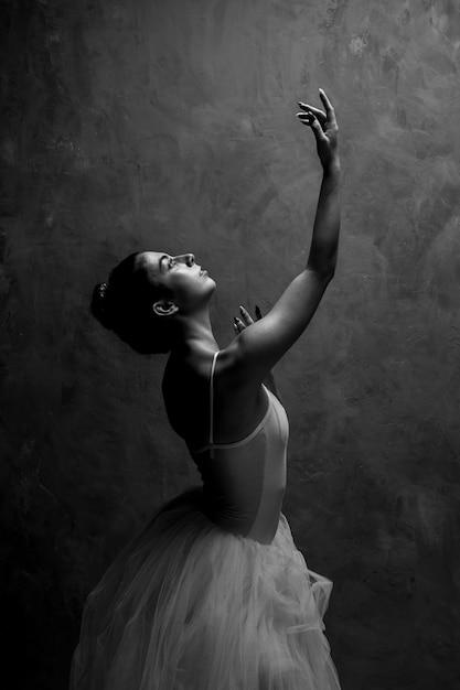 Zijaanzichtballerina die omhoog eruit zien Gratis Foto