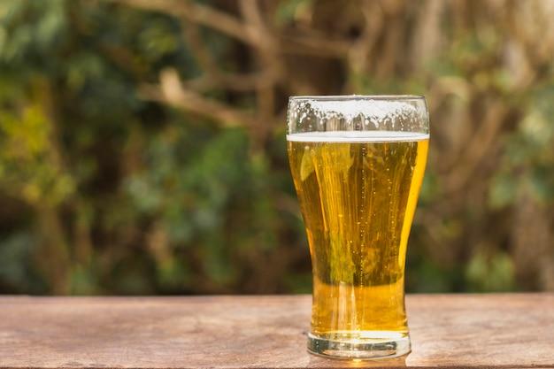 Zijaanzichtglas met bier op lijst Gratis Foto