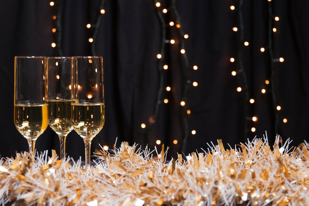 Zijaanzichtglazen met champagne voor nieuw jaar Gratis Foto