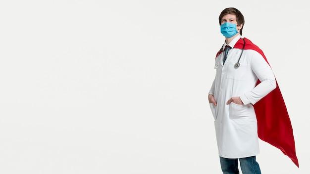 Zijaanzichtmens die chirurgisch masker draagt Gratis Foto