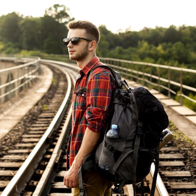 Zijaanzichtmens op spoorspoor Gratis Foto