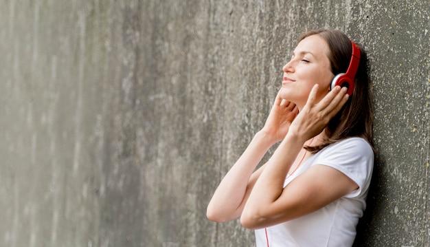 Zijaanzichtvrouw met hoofdtelefoons Gratis Foto