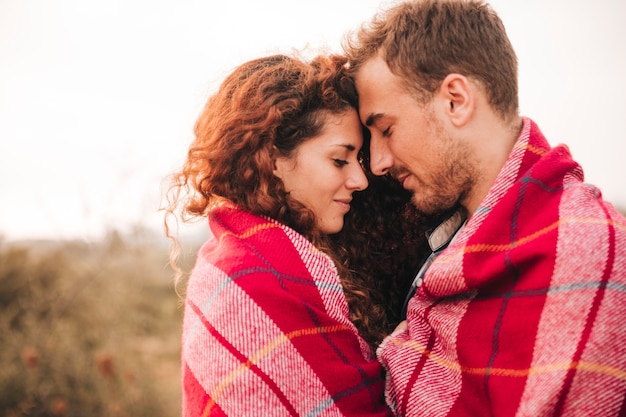 Zijdelings gelukkig paar dat een tederheidsmoment heeft Premium Foto